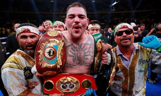 Ông Manny Robles (trái) ăn mừng chiến thắng cùng đệ tử của mình