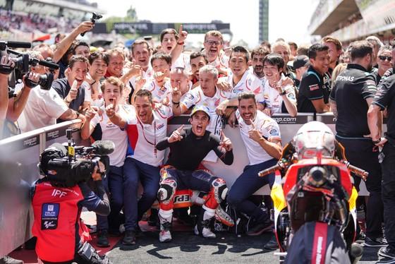 """Đua xe mô tô: Marquez thắng """"cú poker"""", em trai cũng đăng quang ở Catalunya ảnh 6"""