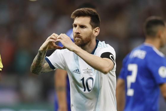 Messi ăn mừng sau khi ghi bàn từ chấm 11 mét