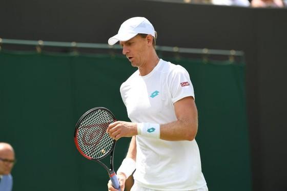 Wimbledon: Djokovic cần 3 tiếng đồng hồ để vào vòng 4, nhưng cánh tay phải của anh bất ngờ bị loại ảnh 2