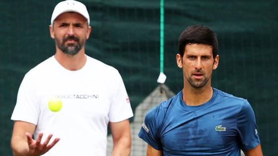 Wimbledon: Djokovic cần 3 tiếng đồng hồ để vào vòng 4, nhưng cánh tay phải của anh bất ngờ bị loại ảnh 1