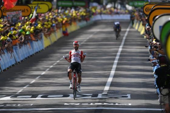 Tour de France: De Gendt thắng chặng 8, bị tố núp gió xe mô tô, Alaphilippe vẫn tái chiếm Áo vàng ảnh 1