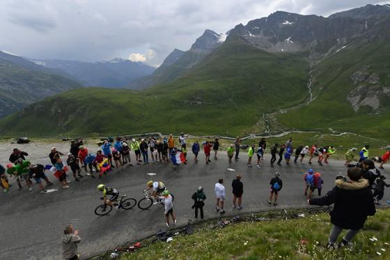 Tour de France: Thời tiết giúp Bernal lật đổ Alaphilippe, Ineos sắp thắng Áo vàng thứ 7 ảnh 1