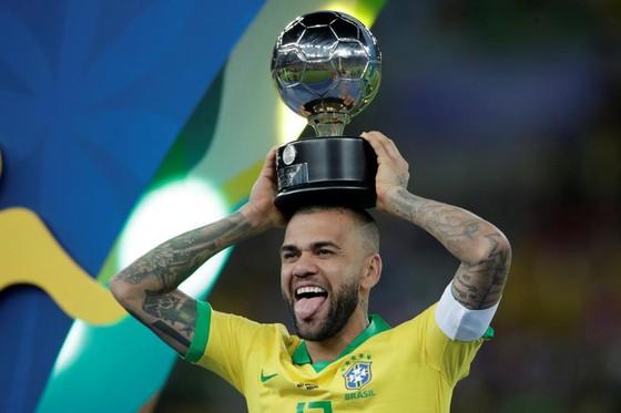 Dani Alves: Trở về Brazil sau 17 năm, ký hợp đồng 3,5 năm với Sao Paulo ảnh 1