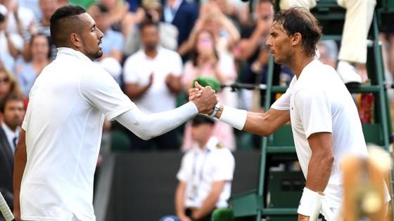 """Kyrgios có thể """"thổi bay"""" Federer - Nadal - Djokovic, nhưng trước mắt chỉ... thổi bay chai nước ảnh 1"""