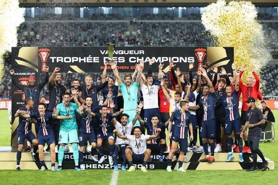 Ăn mừng Siêu Cúp nước Pháp lần thứ 9 cùng PSG, Neymar bị… Mbappe đẩy ra khỏi đội hình chụp ảnh ảnh 2