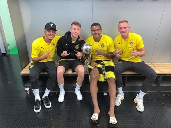 Borussia Dortmund ăn mừng Siêu cúp nước Đức sau khi đánh bại Bayern ảnh 9