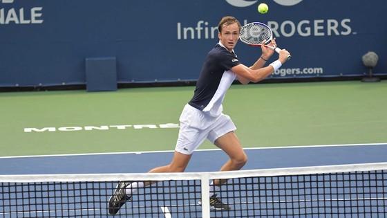 Medvedev lọt vào tứ kết