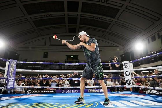 Quyền Anh: Luyện quyền với bóng quần, Lomachenko khiến Nhà thi đấu O2 (London) náo loạn ảnh 6