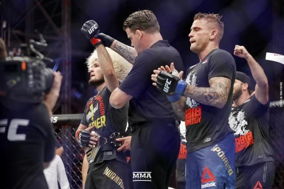 """UFC 242: """"Đại bàng Nga"""" Khabib lại lừa thế siết cổ khiến đối thủ phải đập tay xin hàng ảnh 6"""