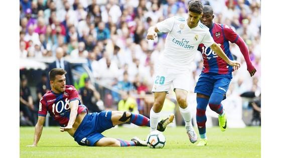 Real (áo trắng) bất lực trong việc đánh bại Levante