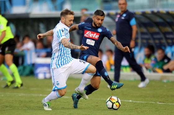 Lorenzo Insigne (phải, Napoli) tranh bóng với hậu vệ SPAL. Ảnh: Mediaset.