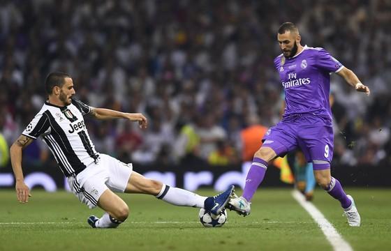 Juventus (trái, Leonardo Bonucci) dù thua trận chung kết Champions League nhưng vẫn kiếm nhiều hơn Real Madrid (Karim Benzema) đến 20 triệu EUR. Ảnh Getty Image.