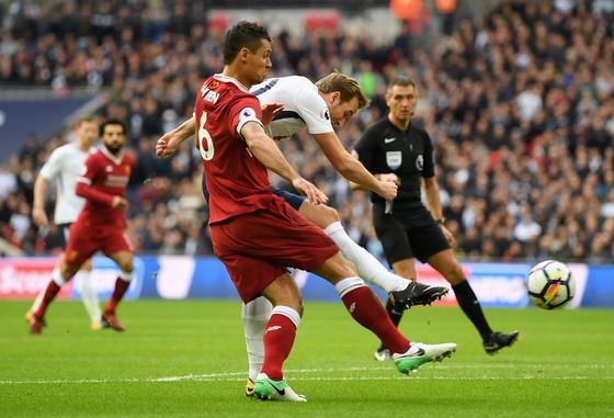 Dejan Lovren (trái, Liverpool) đã sơ hở để Harry Kane ghi bàn cho Tottenham. Ảnh: Getty Images.