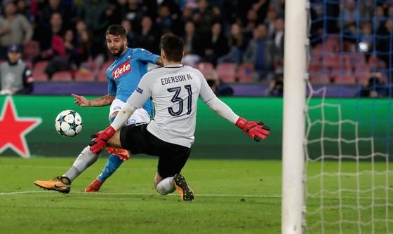 Lorenzo Insigne (trái, Napoli) mở tỷ số trước Manchester City. Ảnh: Getty Images.