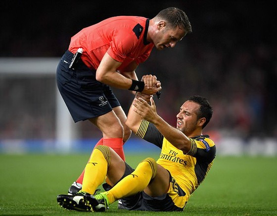 Choáng với gót chân tan nát vì phẫu thuật 8 lần của sao Arsenal ảnh 1