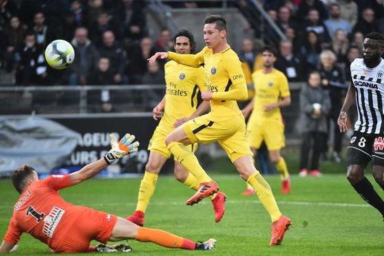 Julian Draxler (Paris SG) gảy bóng qua tay thủ thành Mathieu Michel (Angers). Ảnh: Getty Images.