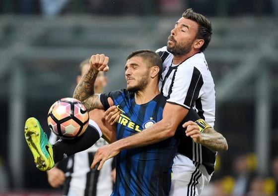 Andrea Barzagli (phải, Juventus) vất vả kèm Mauro Icardi (Inter). Ảnh: Getty Images.