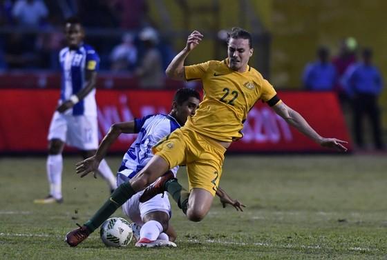 Jackson Irvine (phải, Australia) bị hậu vệ Jorge Claros (Honduras) phạm lỗi. Ảnh Getty Images.