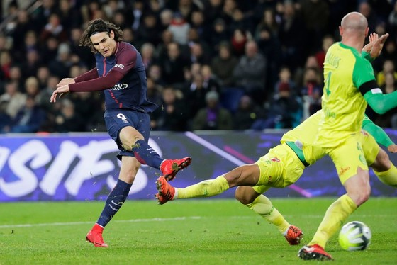 Edinson Cavani (trái, PSG) ghi bàn bằng cú sút trong khu cấm. Ảnh: Getty Images.