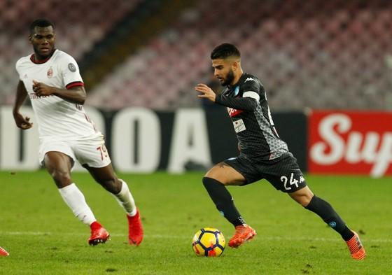 Tiền đạo Lorenzo Insigne (phải, Napoli) đi bóng trước Franck Kessie (AC Milan). Ảnh: Getty Images.