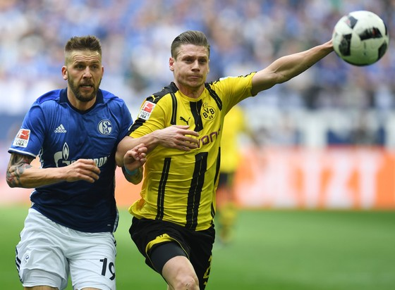 Lukasz Piszczek (phải, Dortmund) tranh bóng với Guido Burgstaller (Schalke). Ảnh: Getty Images.