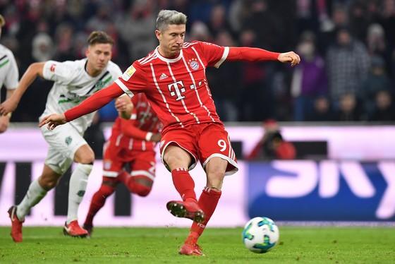 Robert Lewandowski ghi bàn ấn định tỷ số trước Hanover. Ảnh: Getty Images.