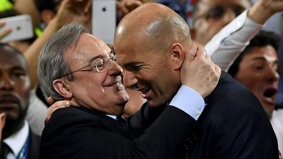 Chủ tịch Florentino Perez tin tưởng tuyệt đối vào Zinedine Zidane. Ảnh: Getty Images.