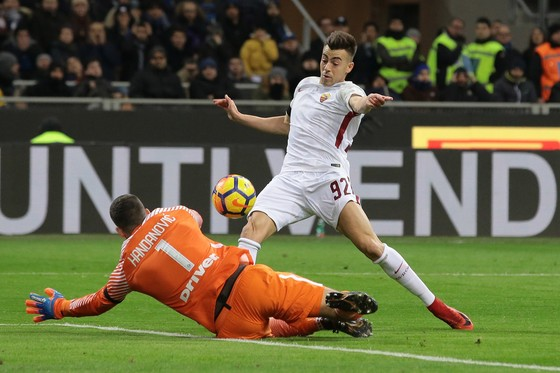 Stephan El Shaarawy xỉa bóng qua tay thủ thành Samir Handanovic. Ảnh: Getty Images.