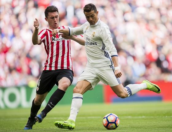 Aymeric Laporte (trái, Bilbao) nhận nhiệm vụ kèm chặt Cristiano Ronaldo. Ảnh: Getty Images.