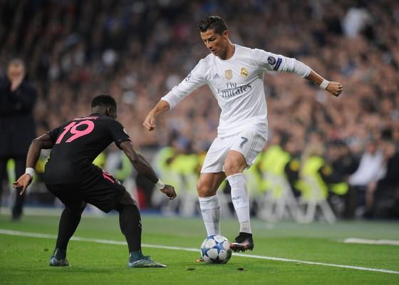 Cristiano Ronaldo (phải, Real Madrid) rê  bóng trước hậu vệ PSG. Ảnh: Getty Images.