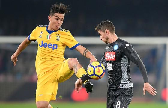 Jorghinho (phải, Napoli) tranh bóng với Paulo Dybala (Juventus). Ảnh: Getty Images.