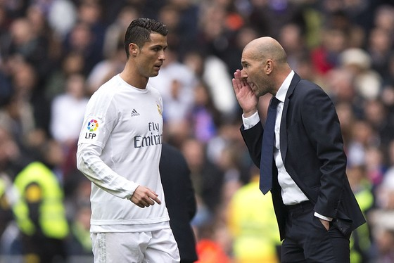 HLV Zinedine Zidane dặn dò Cristiano Ronaldo trong trận đấu ở Liga. Ảnh Getty Images.