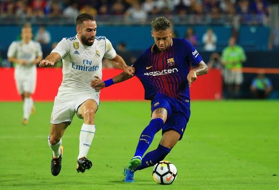 Dani Carvajal (trái, Real Madrid) thường phải phạm lỗi để ngăn cản Neymar. Ảnh: Getty Images.