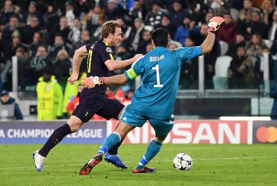 Harry Kane (trái, Tottenham) đi bóng qua thủ thành Gigi Buffon.