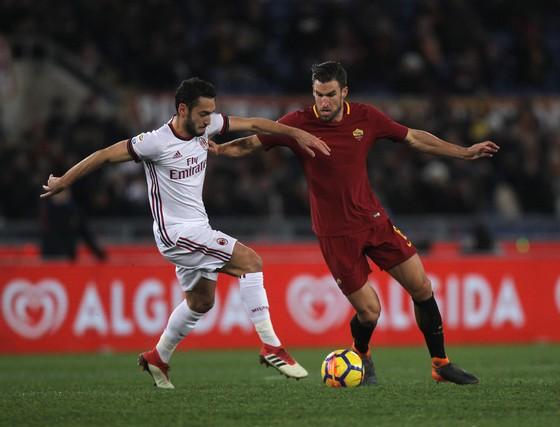 Hakan Calhanoglu (trái, AC Milan) tranh bóng với Kevin Strootman  (AS Roma). Ảnh: Getty Images.