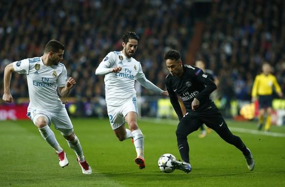 Neymar (phải, PSG) đi bóng trước Nacho và Isco (Real Madrid) trong trận lượt đi.