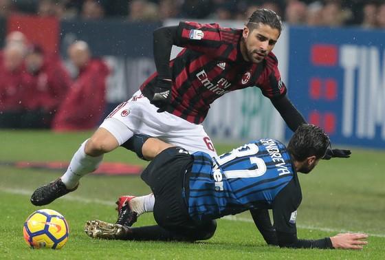 Ricardo Rodriguez (AC Milan) tránh cú tắc của Antonio Candreva (Inter)