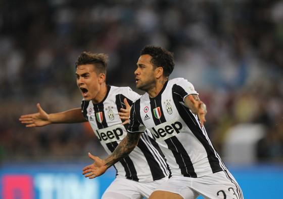 Dani Alves (phải) và Paulo Dybala trong màu áo Juvbentus.