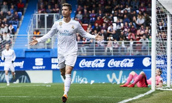 Ronaldo ăn mừng bàn thắng trên sân Eibar.