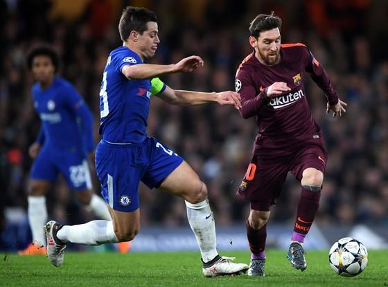 Lionel Messi (phải, Barcelona) vượt qua hậu vệ Cesar Azpilicueta (Chelsea).