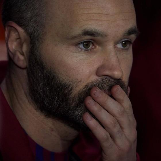 Iniesta muốn từ bỏ hợp đồng suốt đời để rời Barca ảnh 1