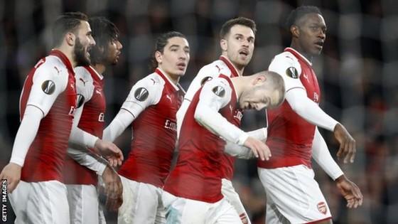 Arsenal rộng đường vào bán kết.