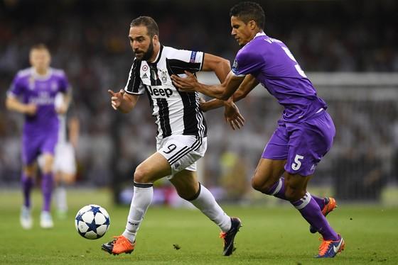 Gonzalo Higuain (trái, Real Madrid) đi bóng qua hậu vệ Raphael Varane (Real Madrid)