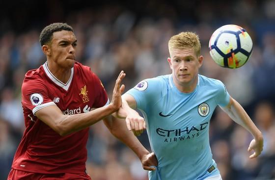 Kevin De Bruyne (phải,Manchester City) tramnh bóng với Alex Arnold (Liverpool)