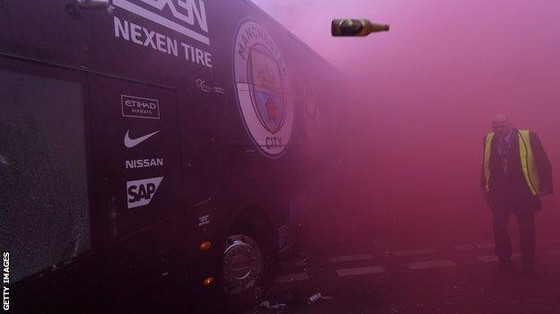Pep Guardiola nổi giận khi hỏa pháo tấn công xe bus của Manchester City ảnh 2