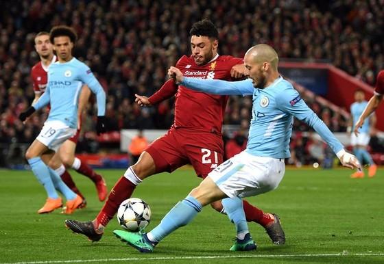 David Silva (phải, Manchester City) sút bóng trước Alex Oxlade-Chamberlain (Liverpool).