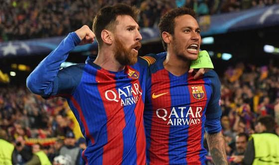 Messi luôn rất gần gũi với Neymar.