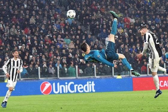 Bàn thắng Salah đánh bại cú xe đạp chỏng ngược của Ronaldo ảnh 1