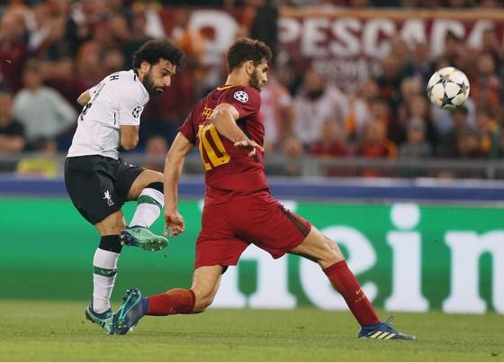 Mohamed Salah (trái, Liverpool) sút bóng trước hậu vệ Roma